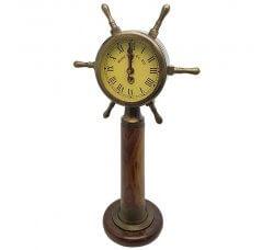 שעון מעוצב כהגה ספינה, ניצב על עמוד עץ עגול
